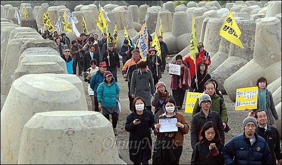 해군이 구럼비 바위 지역의 발파를 이틀째 강행하고 있는 가운데, 8일 오후 제주도 서귀포시 강정구 해군기지 공사현장 앞에서 마을 주민들과 시민사회단체 활동가들이 제주 해군기지의 백지화를 촉구하며 행진을 벌이고 있다.