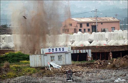 제주도 서귀포시 강정마을 해군기지 공사장에서 시공사측이 2차 발파를 강행하고 있다. 발파장소에는 폭음과 함께 흙먼지가 하늘로 치솟고 있다.