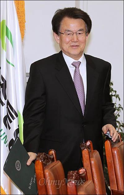 민주통합당 강철규 공천심사위원장이 11일 오후 기자간담회를 하기 위해 국회 당대표실에 들어서고 있다.