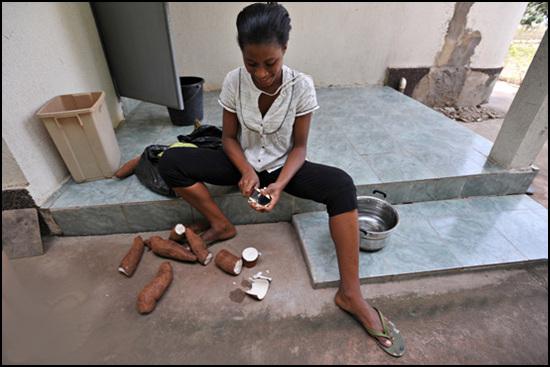 푸푸요리를 만들기 위해 카사바 껍질을 벗기고 있다.