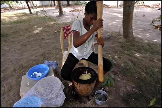 푸푸요리를 하기위해 절굿공이로 플란틴과 카사바를 찧고 있다.