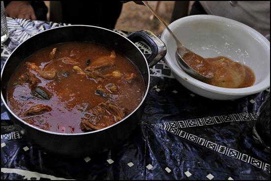 닭고기와 각종 야채가 들어간 슈트와 푸푸를 함께 섞어 먹는다.