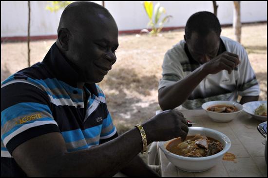 오른쪽은 지인의 친구인 건설협회 회장 , 좌측은 그의 친구, 직업은 의사라고 한다. 푸푸요리 먹는 방법을 보여주고 있다.