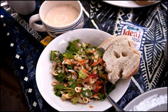 주 요리가 나오기 3시간 전에 미리 나왔던 샐러드와 빵