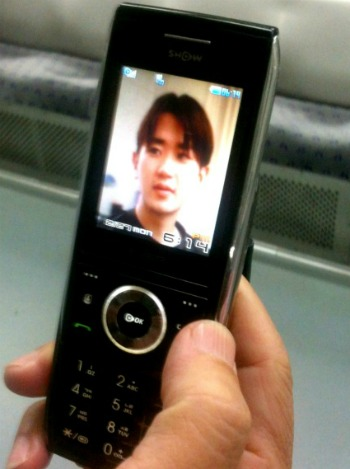 윤 하사 아버지는 아들이 그리울 때 핸드폰을 켜지만 목소리는 영영 들을 수 없다.