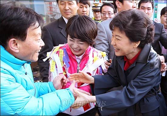 13일 부산 사상구에 출마한 손수조 후보 지원에 나선 박근혜 새누리당 비상대책위원장이 손 후보와 함께 시민들을 만나 지지를 당부하고 있다.