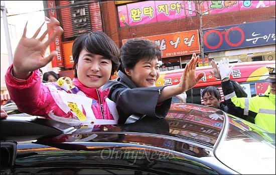 13일 부산 사상구에 출마한 손수조 후보 지원에 나선 박근혜 새누리당 비상대책위원장이 손 후보와 함께 차량에 올라 거리에 나온 시민들에게 손을 흔들고 있다.