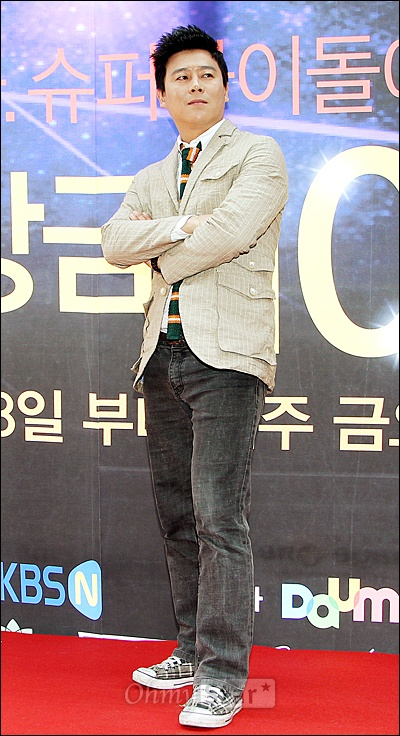 15일 오후 서울 신사동의 한 커피숍에서 열린 KBS N 10억 오디션 <글로벌 슈퍼 아이돌> 제작발표회에서 심사위원인 가수 이재훈이 포토타임을 갖고 있다.
