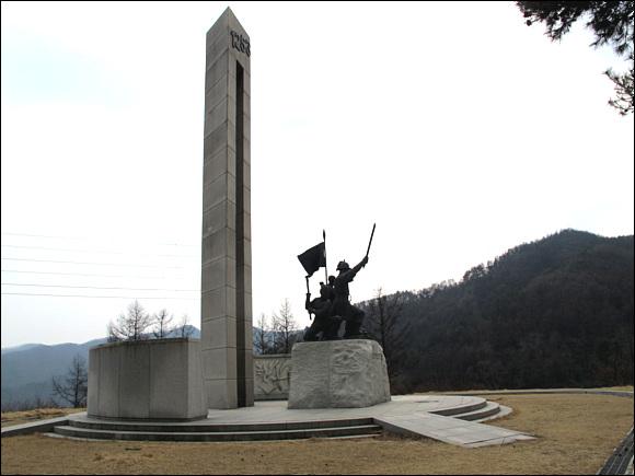 """대몽항쟁전승기념탑 충주산성에서 승전한 김윤후 장군과 호국영령을 기리는 탑으로 탑신은 산성의 성벽을 상징한 화강암으로 조성한 상단부에 """"1253년""""을 승전일을 동판으로 제작 부착하고 탑신에 5인의 군인 상과 충주백성의 대몽항쟁을 묘사하고 부조 벽에 충주산성의 전적을 기록하여 """"1253년에 몽고군""""의 침략으로 충주 백성이 결사 항쟁한 전적지로 호국정신을 함양하고 있다 한다.'"""