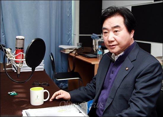 이석현 민주통합당 의원이 16일 <오마이뉴스> 팟캐스트 방송 <이슈 털어주는 남자 김종배입니다>(이털남)에 출연해 민간인 불법사찰 사건의 비화에 대해 이야기를 나누고 있다.