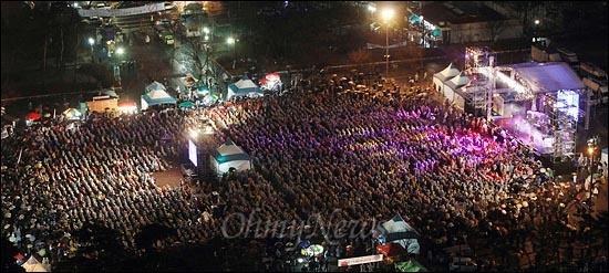 16일 오후 서울 여의도공원에서 '방송3사 공동파업 콘서트-방송 낙하산 퇴임 축하쇼'가 비가 내리는 가운데 파업중인 MBC,KBS,YTN 노조원들과 시민들이 참석한 가운데 열리고 있다.