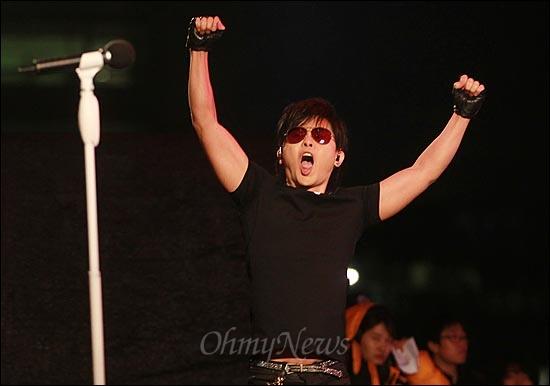 가수 이승환이 16일 오후 서울 여의도공원에서 열린 '방송3사 공동파업 콘서트-방송 낙하산 퇴임 축하쇼'에서 멋진 공연을 선보이고 있다.