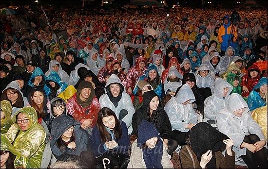 MBC,KBS,YTN 노조원들과 수많은 시민들이16일 오후 서울 여의도공원에서 열린 '방송3사 공동파업 콘서트-방송 낙하산 퇴임 축하쇼'에서 출연진들의 공연을 지켜보며 환하게 웃고 있다.