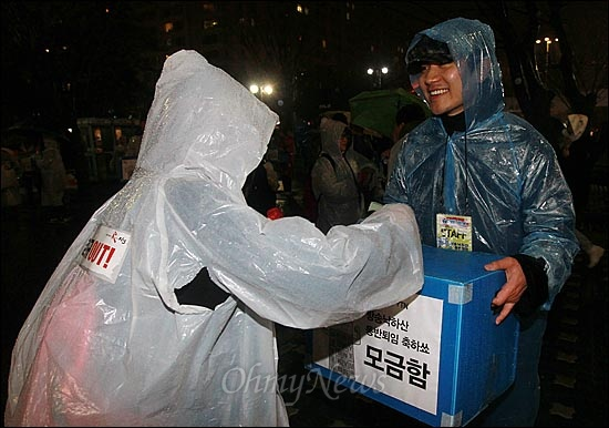 16일 오후 서울 여의도공원에서 열린 '방송3사 공동파업 콘서트-방송 낙하산 퇴임 축하쇼'에서 공연을 지켜본 시민들이 성의껏 공연비를 모금함에 넣자, 김정근 MBC 아나운서가 감사의 인사를 하고 있다. 김 아나운서는 MBC 파업에 참여한 이유로 '정직 2개월' 징계를 받았다.