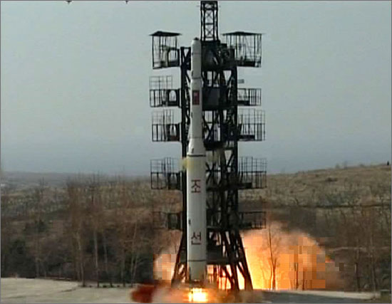 """정부는 북한이 13일 발사한 '광명성 3호 위성(장거리 로켓)'이 """"발사 후 바로 추락한 것으로 보인다""""고 밝혔다. 사진은 지난 2009년 4월 5일 발사된 광명성2호."""