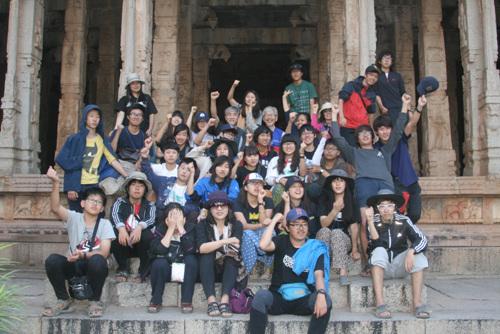 인디고여행학교 누리팀 일행이 함피를 여행하는 동안 때마침 세계생태공동체 순례단 일행을 만나 함피를 구경했다. 라마템플에서 기념촬영