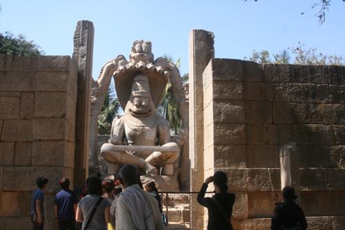 함피에서 가장 아름다운 나라심하 상. 높이 9미터에 머리에는 7마리의 코브라가 있고 얼굴은 사람, 몸은 사자의 모습을 하고 있다. 비쉬누 신의 화신으로 여긴다.