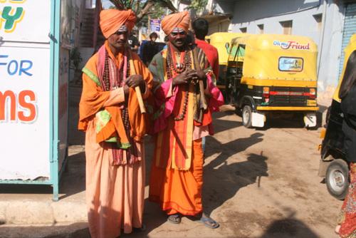 수행자의 모습으로 거리를 돌아다녀 사진을 찍자 돈을 달라고 요구했다. 인도에는 이렇게 돈을 요구하는 가짜 수행자들이 있다