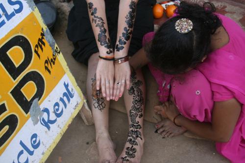 인도 어딜가나 마찬가지지만 몸에 문신 대신 그림을 그려주는 헤나는 유행이다. 어느 서양 여성 관광객이 사진 촬영에 기꺼이 응해줬다.