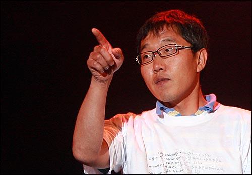2009년 '노무현재단 출범기념 콘서트' 공연 당시 김제동