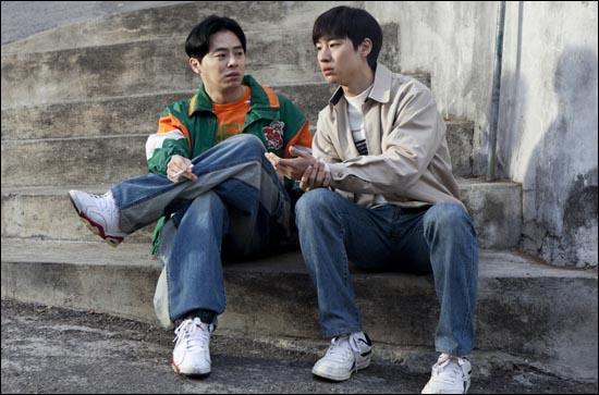 조정석과 이제훈 조정석은 영화 <건축학개론>에서 이제훈의 재수생 친구이자 연애코치로 등장해 강력한 존재감을 선사했다.