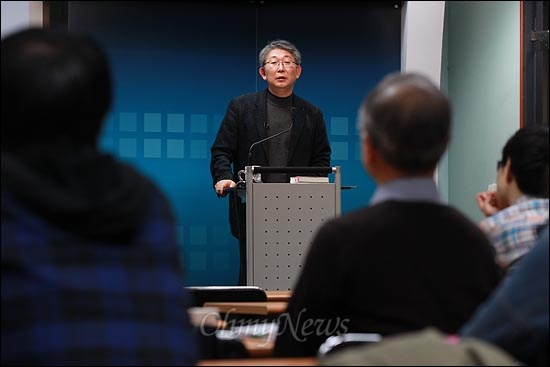 25년차 대기업 전문기자인 곽정수 <한겨레21> 기자가 23일 오후 서울 상암동 <오마이뉴스> 대회의실에서 열린 '10만인클럽 특강'에서 '재벌개혁, 고양이 목에 '진짜' 방울달기'를 주제로 강연하고 있다.