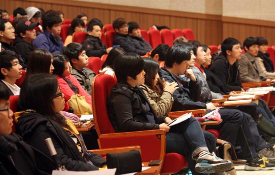 전남대학교 컨벤션홀에서 열린 '진보2012' 행사에 참여한 학생들과 시민이 유시민 대표의 강연을 듣고있다.