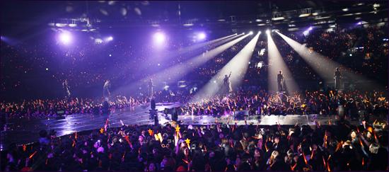 신화의 14주년 기념 콘서트 '더 리턴(2012 SHINHWA GRAND TOUR IN SEOUL-THE RETURN)이 3월 24일과 25일 양일간 서울 올림픽공원 내 체조경기장에서 열렸다.