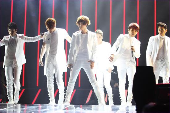 콘서트의 두 번째 날인 25일, 신화 멤버들은 백조를 상징하는 흰색 무대 의상을 입고 등장해 2집 타이틀곡 'T.O.P'를 열창했다.