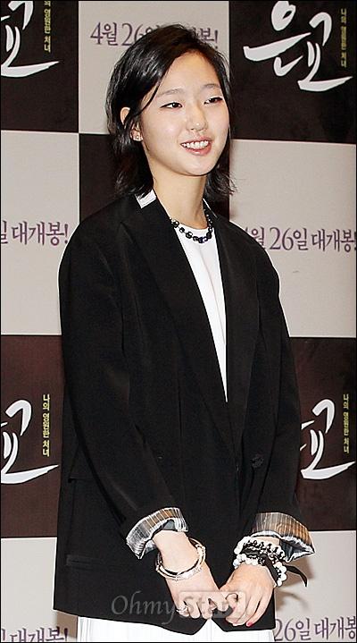 27일 오전 서울 건대입구 롯데시네마에서 열린 영화<은교>제작발표회에서 열일곱 소녀 은교 역의 배우 김고은이 포즈를 취하고 있다.