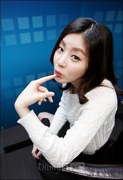 KBS2 드라마 <드림하이2> 에서 신해성 역의 배우 강소라가 26일 오후 서울 상암동 오마이스타를 방문, 인터뷰를 하기에 앞서 귀여운 포즈를 취하고 있다.