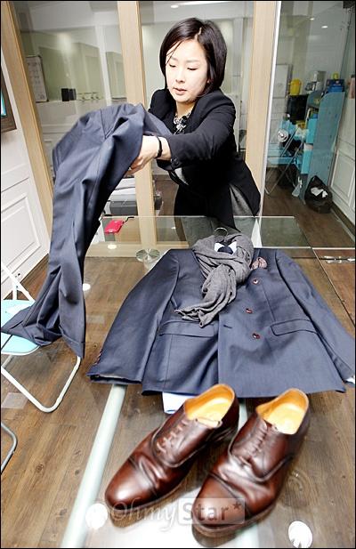 22일 오후 서울 논현동 사무실에서 오마이스타와 만난 스타일리스트 최진아씨가 배우 박희순씨가 입을 수트를 보여주고 있다.