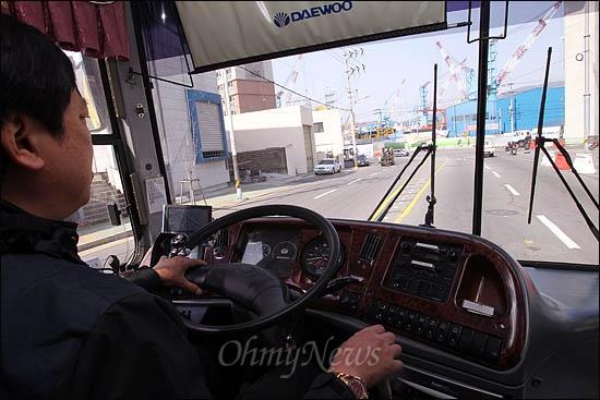 4월 총선을 앞두고 부산의 생생한 민심을 전하기 위한 <오마이뉴스> 총선버스 411이 4일 오전 부산 영도구의 한진중공업을 향해 달리고 있다.