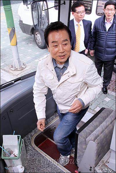 부산 진구을에 출마한 김정길 민주통합당 후보가 4일 오후 <오마이뉴스> 총선버스 411에 오르고 있다.