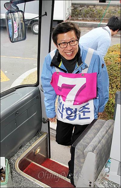 부산 수영구에 출마한 박형준 무소속 후보가 4일 오후 <오마이뉴스> 총선버스 411에 오르고 있다.