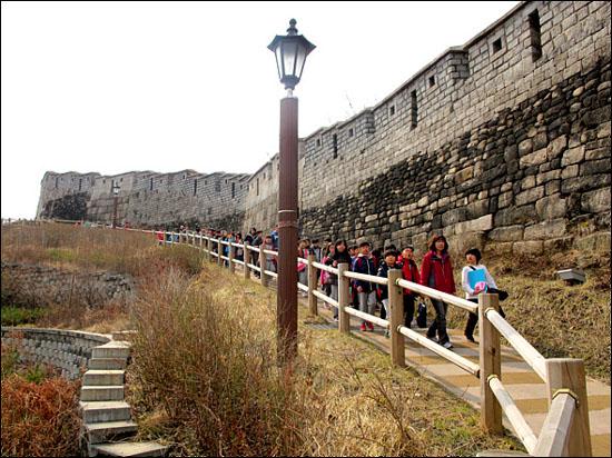 서울성곽 탐방길에 나선 인근 초등학교 학생들이 선생님과 함께 역사 탐방을 하는 모습이 자랑스럽다.