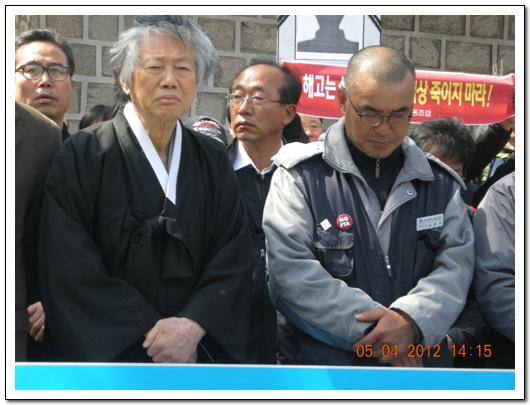 백기완 선생과 김정우 지부장 김정우 지부장이 침울한 표정으로 기자회견장에 서 있다.
