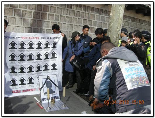 분향중인 김정우 쌍차 지부장 김정우 지부장이 임시로 설치한 현수막 앞에서 분향을 하고 있다.