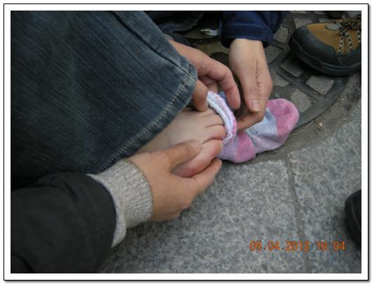 경찰에 의해 부상당한 김소연 기륭분회장 김소연 기륭분회장이 경찰의 현수막 탈취과정에서  부상을 당했다.