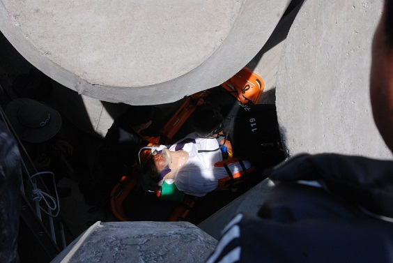 문정현 신부님이 삼발이 아래에서 119 구급대에 의해 구조되고 있다.