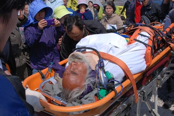 119 구급대에 의해 구조되어 후송되고 있는 문정현 신부님의 모습