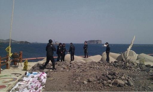 모두가 강정포구를 빠져나간 시각, 문정현 신부님 추락사고 현장에서 해양경찰 대원들이 대화를 하고 있다.