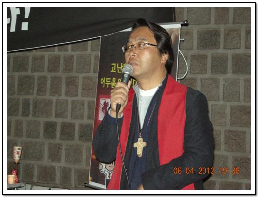 예술살기 총무 최헌국 목사 최한국 목사가 추모기도회를 인도하고 있다