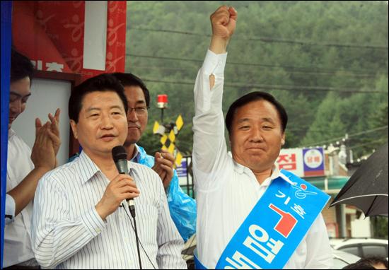 2010년 7.28 재보선에 한나라당 후보로 출마한 염동열 후보가 당시 한나라당 안상수 대표와 지지를 호소하고 있다(7월 25일 강원 태백시 황연동 통리장터 유세 모습).
