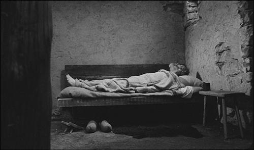그저 자고 먹고 하는 공간인 부녀의 낡고 추한 집