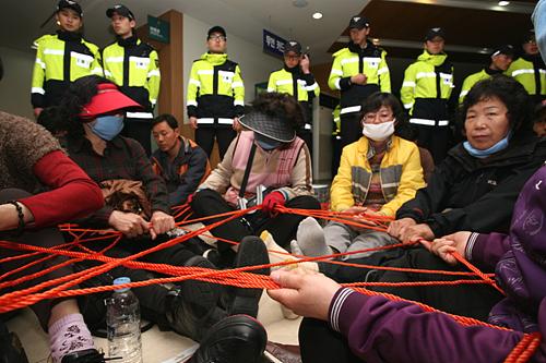 한일병원에서 해고된 식당 비정규 여성노동자들이 빨랫줄로 몸을 묶어 병원 연좌농성에 돌입했다.