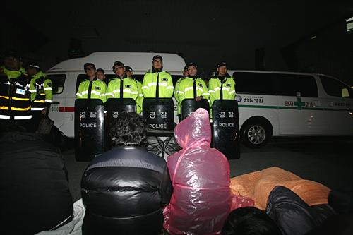 새벽에도 취재기자와 방문자의 출입을 막았다. 농성 중인 노동자를 응원하러 온 시민들이 문 앞에서 노숙을 하고 있다.