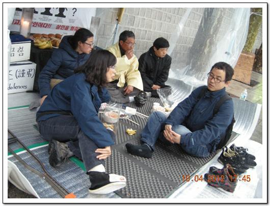 분향소를 방문한 김소연 기륭 전 지회장  목발과 붕대를 감은  다리가 보인다.