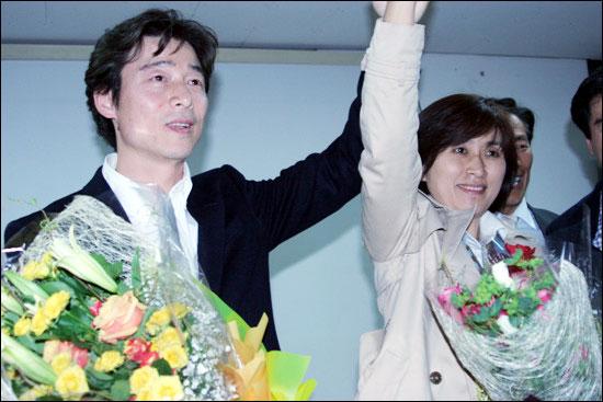 송호창 당선자가 부인과 함께 손을 들어 지지자의 연호에 화답하고 있다.