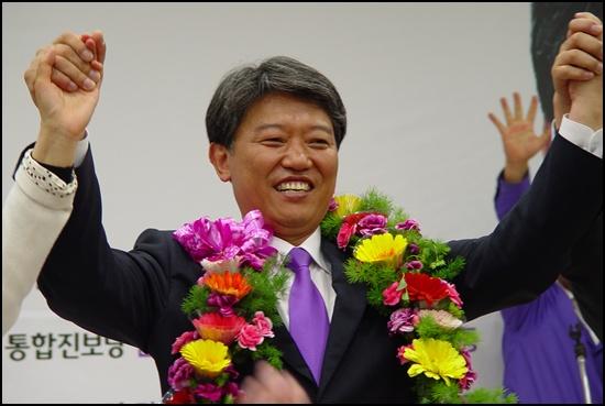 환호 김 당선자가 손을 번쩍 들며 지지자과 당선의 기쁨을 나누고 있습니다.